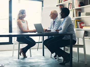 Vad äldre och yngre anställda kan lära från varandra